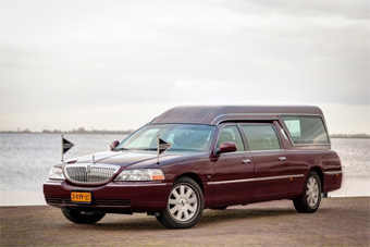 Lincoln Bordeaux rood rouwauto